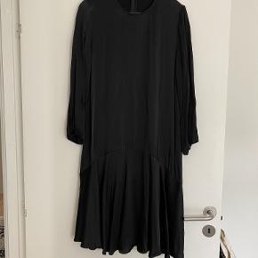 - Kvittering haves - Smuk kjole i satin - knæ længde - oplagt til nytår eller fest brug