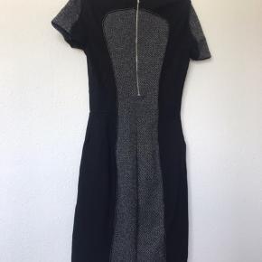Figursyet kjole der sidder stramt på kroppen 🌸🌺  Forsendelse betales af køberen (evt. Dao). Der er desuden mulighed for afhentning i Helsingør.   Skriv gerne for yderligere information;)).   Kig gerne på mine mange andre opslag.   Med venlig hilsen  Luna.