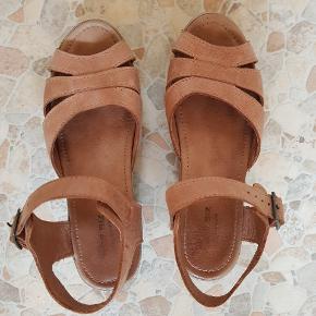 Skønne sandaler, vildt behagelige at have på 😊 Har en ridse på den ene side, men fejler ellers intet 😊✌