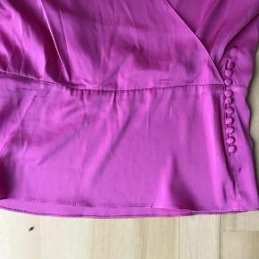 Brand: Heartmade / Julie Fagerholt - silkebluse Varetype: Silkebluse Farve: Pink Oprindelig købspris: 2499 kr. Kvittering haves Silkebluse med pynteknapper i siden 93% silke & 7% spandex Style: Mylis