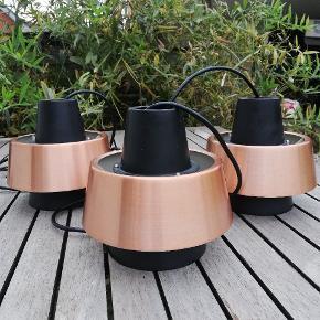 Super flotte loftlamper i kobber. Få brugsspor, men fremstår intakte og virker som de skal. 300 kr pr stk eller alle tre for 750 kr.  15.5 cm i diameter og 17.5 cm høje. Levering tilbydes.