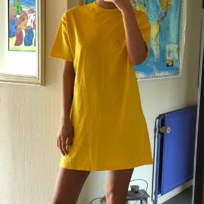 Sød gul t-shirt kjole fra Asos i en S. Byd :)