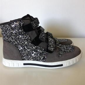 Varetype: basketstøvler støvler Farve: grålige Oprindelig købspris: 700 kr.  De fedeste støvler, som desværre nåede at blive for små, inden de kom i brug. Farven er mørkegrå med et brunligt skær. Måler ca 23 cm i indvendig længde.