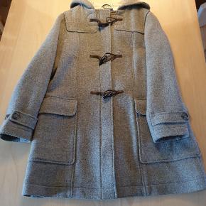 Duffelcout fra GANT ,ren uld str. L .Ny pris 4200kr .Sælges for 1500 kr. tlf 22329369