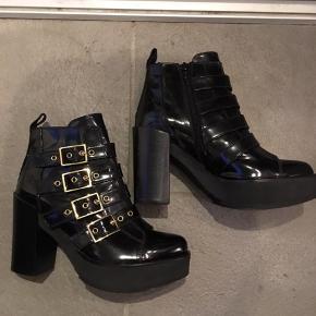 Super fede designer boots fra Baldan - ægte skind (lakagtigt). Nypris 2100,-. Hælhøjde ca 9 cm - forfodsplateau 3,5 cm. Virkeligt cool støvler til både jeans, skindleggings og kjole.