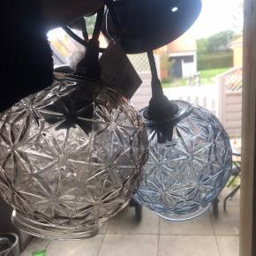 To glas lamper til at hænge i blålig grå farve .