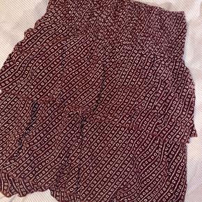 Nederdel med elastik i taljen sælges da den ikke bruges længere og ingen tegn på slid   Skriv for mere info :)