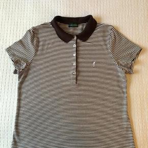 Lækker golfpolo i trefarvet strib. Aldrig brugt, men vasket efter køb.  Golfpolo Farve: Stribet:brun,hvid,guld Oprindelig købspris: 699 kr.