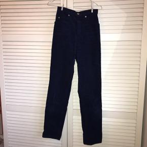 Fede blå fløjls jeans / bukser fra Levi's i straight fit. Købt på restsalg i Levis butik.Brugte men gode! Str. Xs (smalle i taljen) Byd endelig og spørg efter flere billede : D