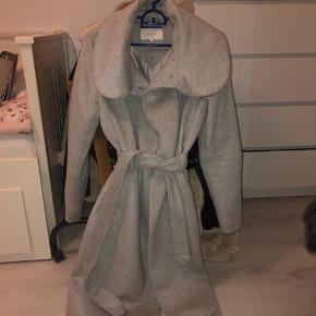 Har desværre kun brugt denne frakke to gange. Derfor sælger jeg den videre.
