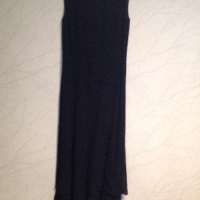 Mørkeblå med små streger.  Kan bruges både til fest eller pæn hverdag.  Næsten ikke brugt, sælges for min mor.