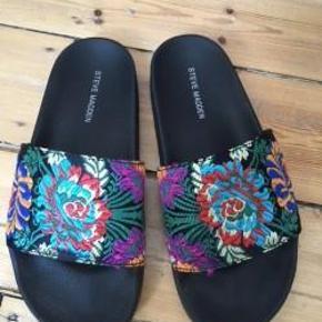 Varetype: Flade sandaler med blomster Farve: blå, sort, pink, hvid m.m.  Bytter ikke  Sælger disse sandaler. Har kun været på to gange og fremstår super pæne. Der står at de er str 37, men de er meget små og svarer mere til str 36.  Sælger meget andet - se mine mange annoncer.