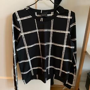 Super lækker sweatshirt i blankt materiale fra Ichi sælges. Har kun været i brug en enkelt gang. Hvis varen skal sendes, betaler køber fragten.