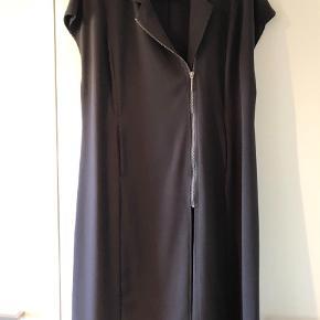 Varetype: Vest Farve: Sort Oprindelig købspris: 2299 kr.  Lækker vest / kjole fra MLCL i travelsuit kvalitet, som ikke krøller