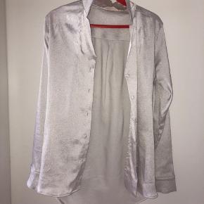 Næsten aldrig brugt. Flot skjorte fra Basic Apparel
