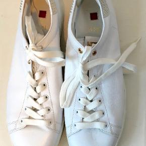 Superlækre bløde sko i skind - ikke brugt specielt meget.  Den indvendige længde er 26,8 cm  Bud fra kr 500 plus porto  Kan afhentes København, Østerbro  Bytter ikke