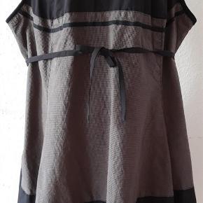 Brand: Zay Clothing Varetype: Kjole / spencer  i Stor størrelse Farve: sort/brun Oprindelig købspris: 499 kr  Spændende  kjole/spencer fra Zay Clothing . Curves model L  Solid Fabric - 55% polyester , 40 %polyamide og 5% spandex Check Fabric ---100% cotton . Brystvide - 116 cm Længde - 86 cm   Aldrig brugt
