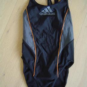 Varetype: Næsten ny Adidas badedragt str. 36 Farve: Sort  Næsten ny Adidas badedragt str. 36  Byd!