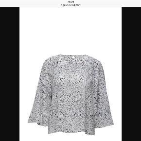 """Varetype: Lee Silk blouse Farve: Speckled Oprindelig købspris: 1599 kr.  Smuk 100% silke bluse    Rund hals, knap i nakke, 3/4 """"klokkeærmer"""""""