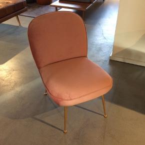 Super flot og elegant lænestol i velour med guld ben fra ILVA.  Helt ny - Kun 2 måneder gammel. (Aldrig brugt)  Købspris 1799 kr - Sælges for 1000 kr   Skal afhentes på Frederiksberg.