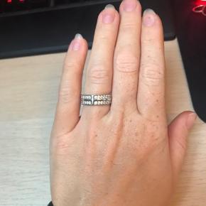 Smuk ring fra Sif Jakobs i størrelse 54. Den har en smule brugsridser på den side af ringen man ikke ser. Æsken har jeg desværre ikke længere :-)
