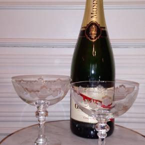 Holmegaard Rosenborg champagneskål i krystalglas.  Prisen er pr. stk., og vi har 4, som vi gerne vil sælge.