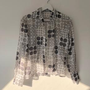 Flot retro/vintage mesh skjorte med prikket mønster i grå/grøn  Byd