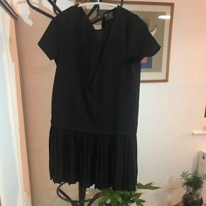 Fineste kjole, som ligner en plissé nederdel med en v-udskæring i toppen Køber betaler selv fragt 🌸