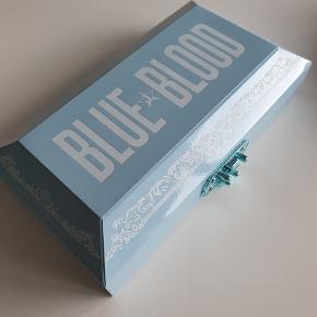 Sælger denne fine Jeffree Star Blue Blood palette. Få farver er prøvet et par gange, der er lavet et look med 5 farver, resten er ubrugt Ny prisen er 469. Priside er 300, men er åben for realistiske bud. Befinder sig i Århus men sender gerne! Ved køb gennem ts, betaler køber for alle gebyer.