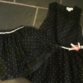 Varetype: Kjole og nederdelFarve: Sort Prisen angivet er inklusiv forsendelse.