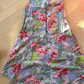 Fin kjole med bindebånd i liv. Nederdelen er str 140 og er fra aya  naya. Den koster 50 kr