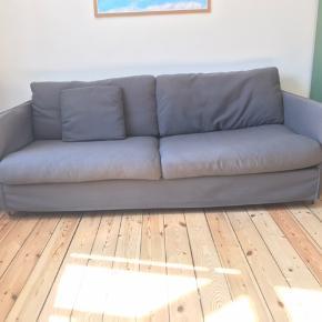 AFHENTNING HURTIGST MULIGT!! Sælger vores dejlige grå 3 personers sofa fra ILVA. Den står flot med enkelte små brugsmærker. Sort puf med opbevaringsplads medfølger (hvis man ønsker). Skal bæres ned fra 4. sal.