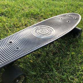Penny Board i sort. Har nogle brugstegn hist og pist, men intet betydeligt.  Mål: 56 cm X 14 cm