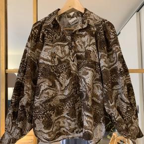 Virkelig smuk skjorte fra Ganni. Brugt få gange. I butikkerne nu. Mærke faldet halv af - kan hurtigt fikses 🙃