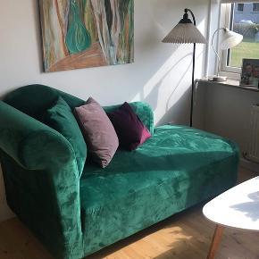 Denne sofa ligner stadig en som er helt ny. Super fin, og rar.   Dejlig blød velour, lyser godt op for rummet. Ingen fejl ved sofaen.