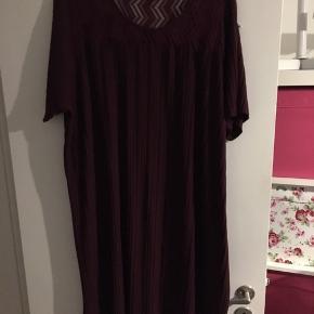 Fejler intet, super behagelig  Måske lidt svært at se på billedet men kjolen er bordeaux farvet