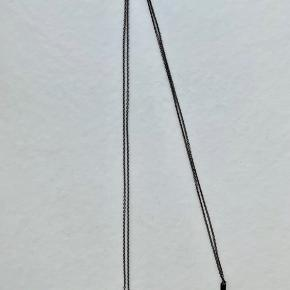 1 x Maria Black Triple Spear Necklace i oxideret sterlingsølv fra kollektionen Eclectic Avenue.  Kæden er 84cm. Prisen er for 1 stk.