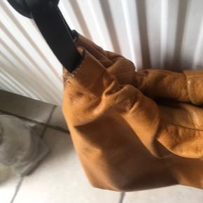Lækker blød taske i skind fra NANNINI  made in Italien  Ingen huller men brugsspor  Stor rum og lille rum med lynlås 38 cm  højde 27 remmen 54 cm sidder godt på skulder lukkes med tryklås