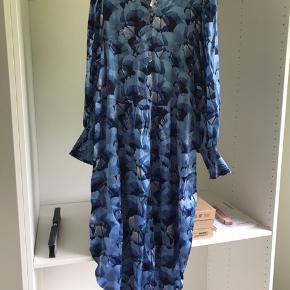 Fin lang kjole i 95% silke og 5% elastan. Str 40 og stadig med mærke. Sælges for min mor. Pris er til forhandling i hurtig handel.