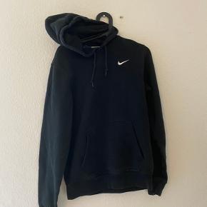 Mega lækker Nike hoodie. Den er small, men stadig stor i størrelsen af en nike. Super fed trøje til næsten ingen penge😋😋😋