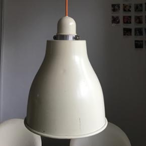 Retro loftlampe, købt på design marked.  Har noget patina og skrammer, men fremstår fin på trods af det.  Orange stofledning medfølger.   Mål (cirka):  Højde: 40 cm Diameter: 28 cm Længde på ledning 105 cm  💵Betaling gennem Mobilepay 🛍Afhentes på Nørrebro