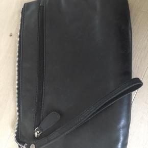 Belsac i sort blødt læder  30*20cm