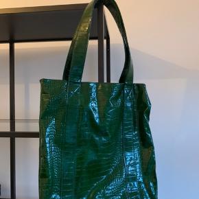 Sælger mit super flotte Hvisk net, det er unikt og kan ikke længere købes i butikkerne. Aldrig brugt og sælger grundet pladsmangel :)  —————— Se mine andre annoncer, sælger ud af tasker, smykker og tøj i sammenhæng med flytning!💫 - Alle mine vare er fra ikke-ryger hjem og sendes igennem Trendsales🌸  - Kan dog mødes i København
