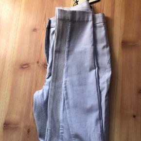 """Nye bukser """"Teodosi"""" fra BMB, str. 36 sælges. Nypris: 1.300 kr  Bytter gerne til nummeret mindre."""