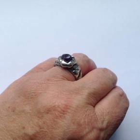 Flot ring i sølv.  Indvendig diameter som den er nu: 18,5 cm, men kan jo justeres, da den ikke er lukket.  Stemplet: KJELDAHL MADE IN DENMARK  Regner med at det er sølv, selvom jeg ikke kan se noget lødighedsnummer