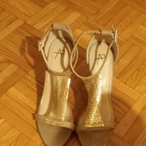 Jolies sandales dorées, simili cuir, talon 10 cm