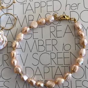 Flot ferskvandsperle armbånd i rosa / nude.  Passer til de store barok perler i rosa / nude også.   Pris for armbånd 250.-   De andre armbånd er til 250.- og 300.-   Creole/hoop 15mm med stor barok perle er til 175.- pr stk.