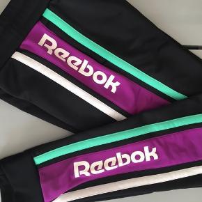 Fede sweatpants fra Reebok i str XS. De er kun brugt få gange, men er gået en lille syning ved knæet, som jeg har forsøgt at få et billede af på sidste billede - det ses nærmeste ikke når man har dem på.