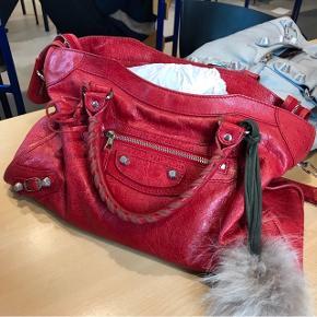 Jeg overvejer at sælge min Balenciaga City taske i rød med G12 sølv hardware, hvis jeg modtager det rette bud :) Tasken fremstår i rigtig flot, lettere brugt stand. Dustbag og spejl medfølger.