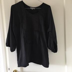 Den sorte med blonder er en str. 34 og de to andre trøjer er en str. S  Obs. Prisen er en samlet pris for alle tre ting